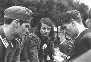 Hans-y-Sophie-Scholl-junto-a-Christoph-Probst-miembros-de-La-Rosa-Blanca-Wikimedia-commons