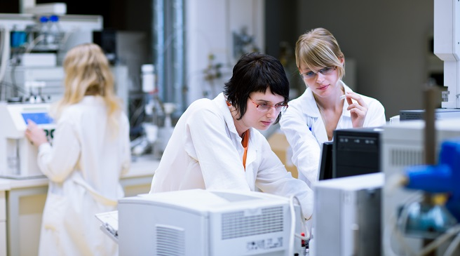 two female researchers/chemistry students in a lab